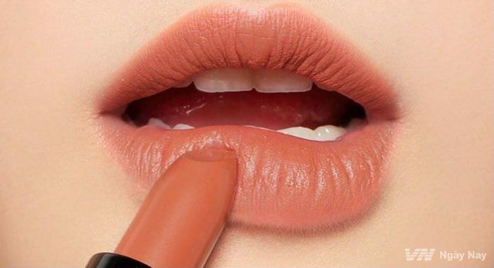 Những nguyên tắc sử dụng son môi để trở nên đẹp và an toàn mà ít người biết